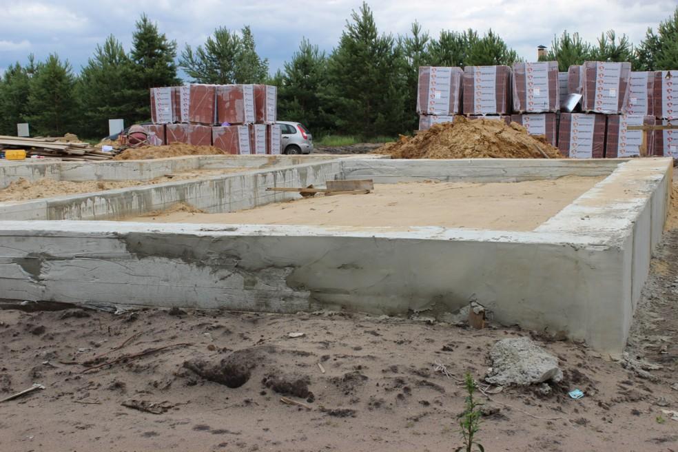 Устройство фундамента и коммуникаций в коттеджном посёлке «Раменки»